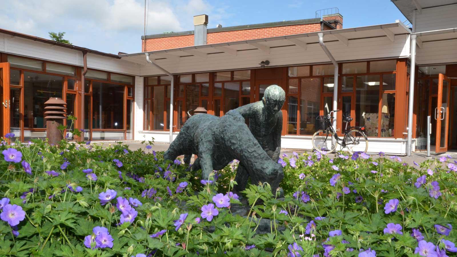 Staty vid Pilegården. Foto: Staffanstorps kommun