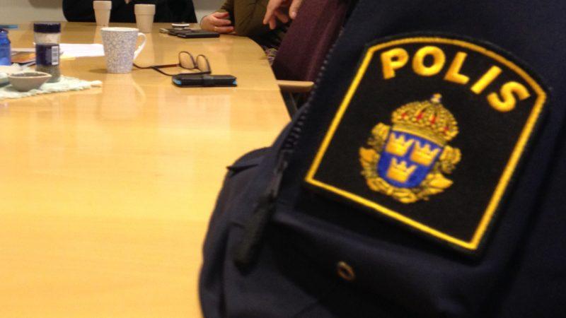 Möte med väktare, polis, fältgrupp med flera. Foto: Rickard Malmborg