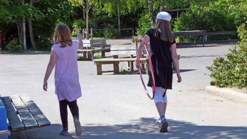 Tjejer på skolgård. Foto: Lisbeth Svensson