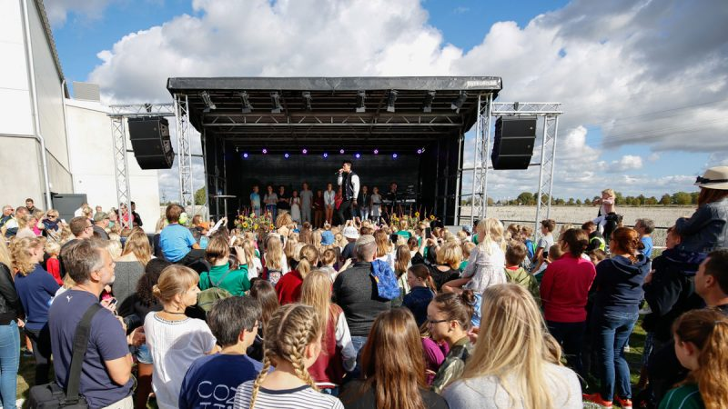 Oscar Zia på scen vid invigningen av Uppåkraskolan. Foto och licens: Mats Schöld