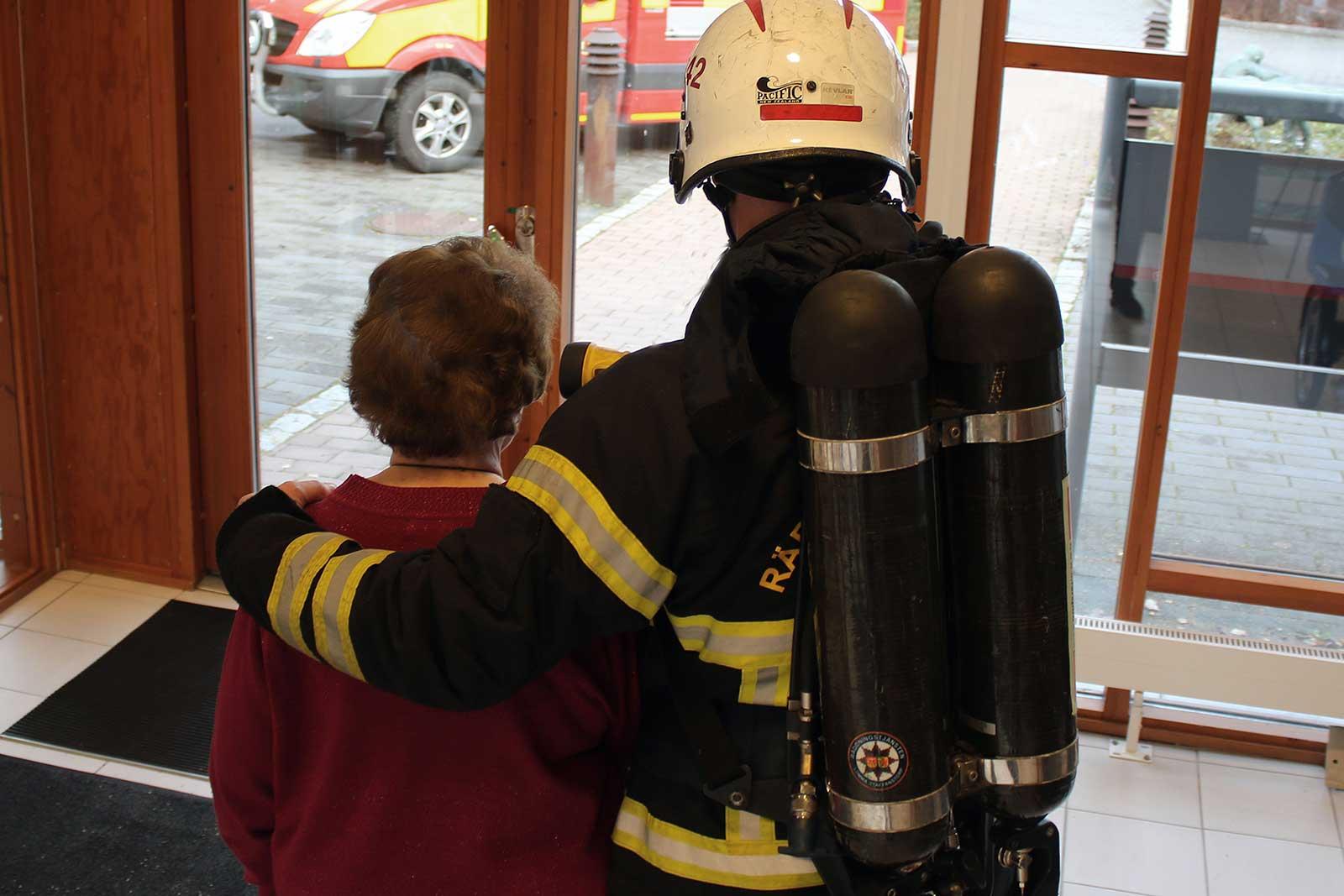 Brandman och äldre dam Foto: Richard Malmborg