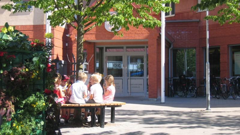 Barn utanför Rådhuset. Foto: Ola Winqvist