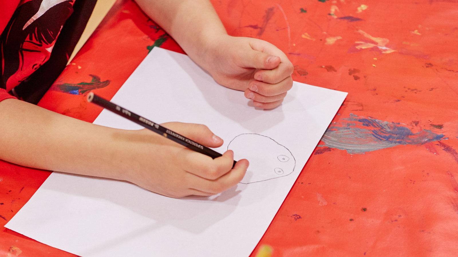 Barn som ritar. Foto och licens: Åsa Siller