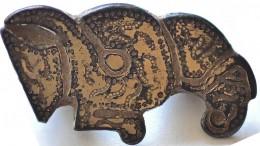 Ett av fynden, ett guldförgyllt dräktspänne föreställande en korp. Foto: CMB Uppdragsarkeologi