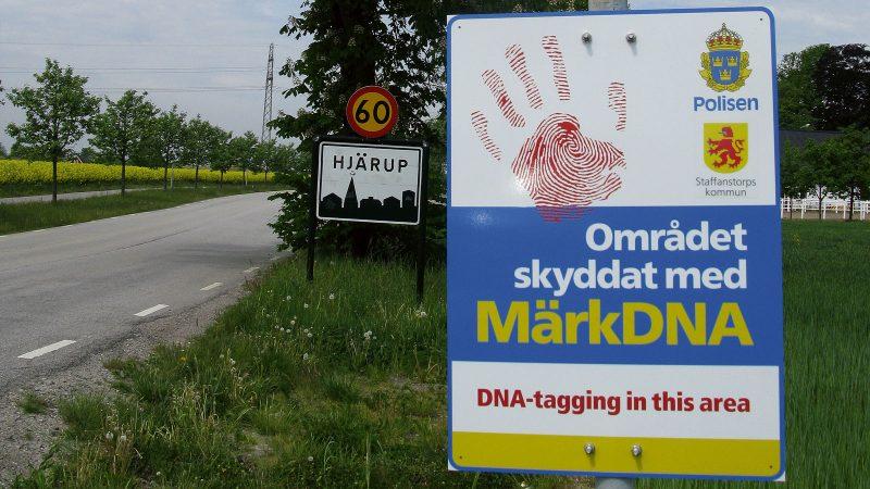 Skylt om märkDNA vid infart till Hjärup. Foto: Ivar Sjögren