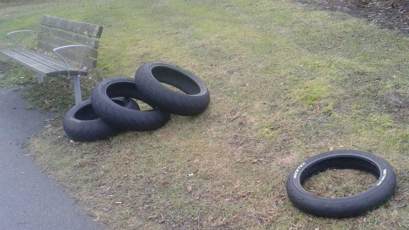 Däck kastade i naturen. Foto: Staffanstorps kommun
