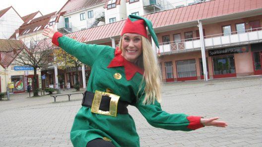 Linda Lundqvist leder den levande adventskalendern på torget. Foto: Ivar Sjögren