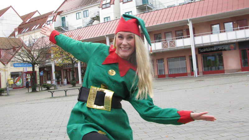 Linda Lundqvist leder den levande adventskalendern på torget. Foto: Ivar Sjögren för StaffanstorpsAktuellt