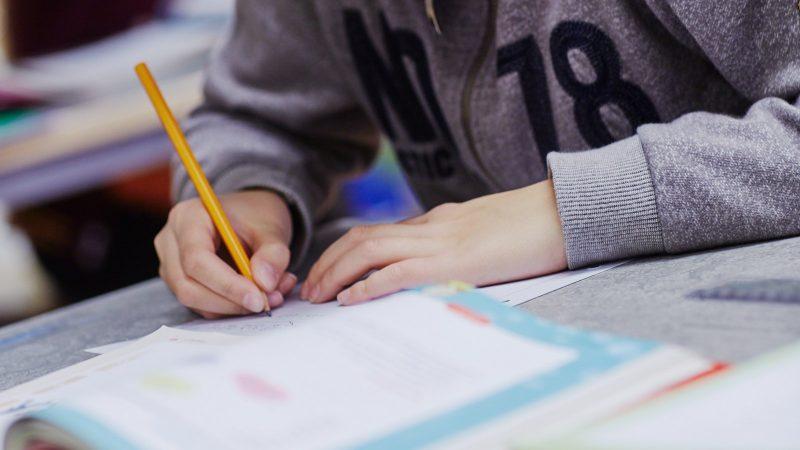 Elev skriver i läromedel. Foto och licens: Åsa Siller
