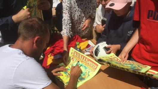 Med en ängels tålamod skrev VM-hjälten hundratals autografer i Balders hage. Foto: Ivar Sjögren