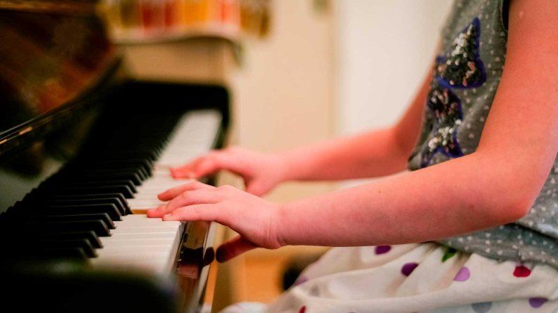 Flicka vid piano. Foto: coyot via Pixabay
