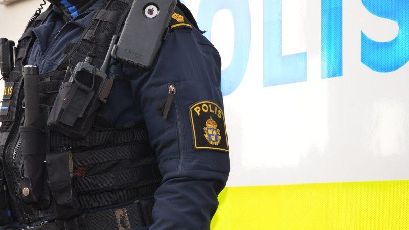 Polis framför polisens husbil. Foto: Staffanstorps kommun