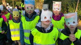 Barn med fredsmasker Foto: Lisbeth Svensson