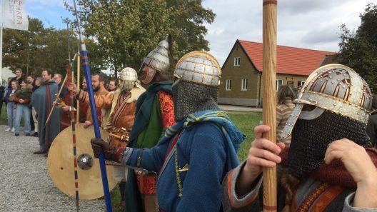 """Helgen 24-25 augusti väntas åter tusentals besökare och uppklädda """"krigare"""" till Vendeltidsdagarna i Uppåkra. Foto Ivar Sjögren"""