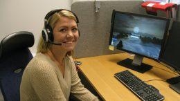 En välbekant röst för många! Det är alltid Rebecka Lund som svarar när någon ringer till vård och omsorgs myndighetsenhet. Foto: Ivar Sjögren