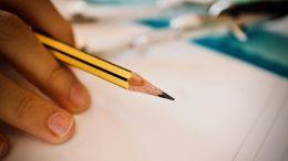 Elev i klassrum. Foto: Pixabay