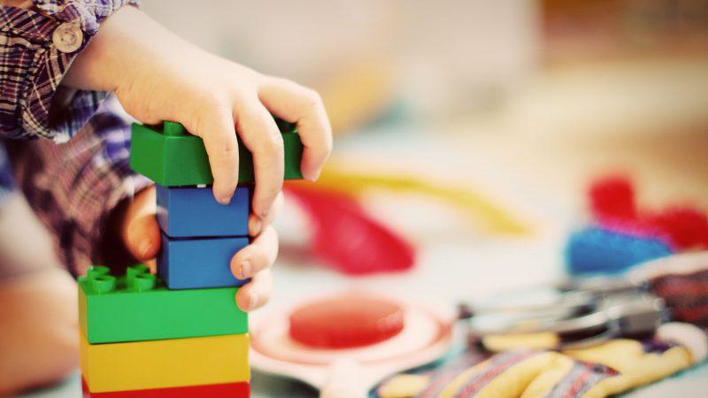 Barn nummer ett är alltid det yngsta inom barnomsorgen.Maxtaxa börjar gälla när hushållet har en bruttoinkomst på47 490 kr eller mer. Foto: Pixabay