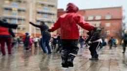 Barn hoppar hopprep på torget i Staffanstorp.