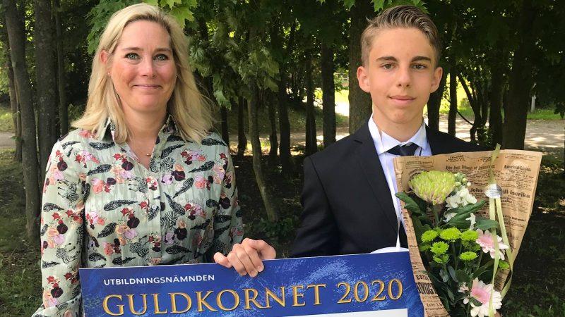 Till höger Åsa Ekstrand, utbildningsnämnden.. Till vänster årets guldkorn Rasmus Pernesten.