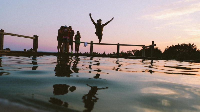 Ungdomar badar. Foto: Pixabay
