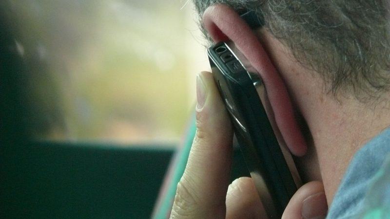 En man pratar i telefon (genrebild)Foto: Pixabay