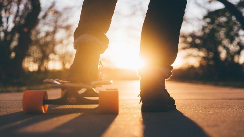 Barn på skateboard.