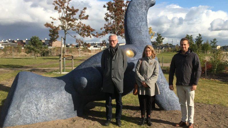 Den nya skulpturen Oden invigdes i Hjärups park 19 oktober av professor Dick Harrison, konstnären Helene Aurell och kommunstyrelsens ordförande Christian Sonesson. Foto: Ivar Sjögren
