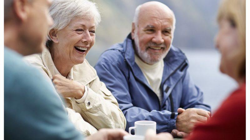 Äldre personer i samtal.