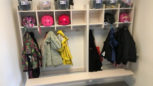 Alla barn har sina egna krokar och fack i kapprummen som också ingår i lärmiljön. Foto Ivar Sjögren