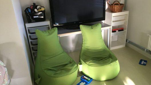 Eleverna kan sitta på saccosäckar, på mattor, på en slags trappa längst bak i rummet, eller på en bärbar Z-stol som är lätt att ta med vart man vill. Foto: Ivar Sjögren