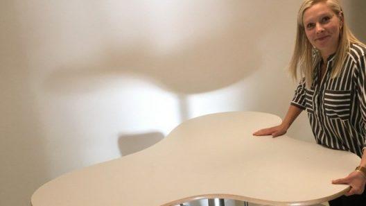 Specialformade bord med hjul kan snabbt och lätt flyttas undan eller sättas samman i nya konstellationer, ståbord kan höjas och sänkas.Foto: Ivar Sjögren