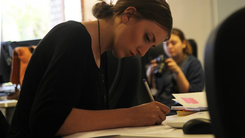 Person studerar i skolan. Foto: Pixabay