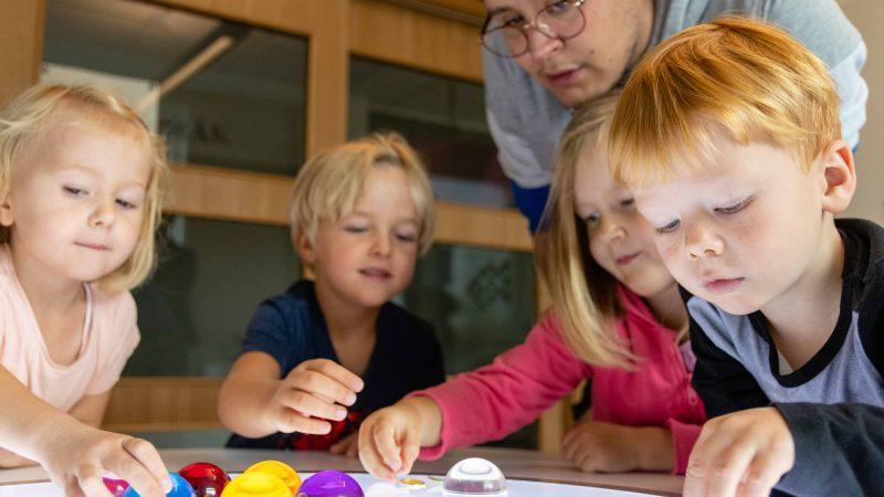 Barn och pedagog i förskolemiljö. Foto: Joel Toryd