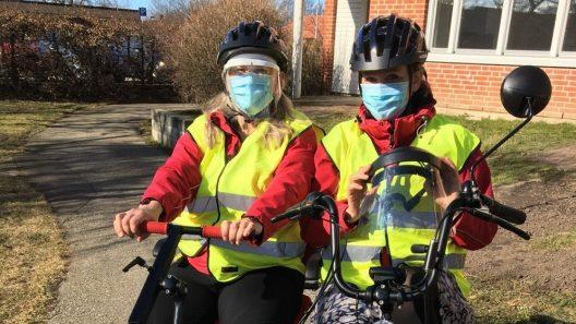 - Vi har munskydd och visir och kaffetermos med oss, säger Taina och Teresia som nu cyklar ut i vårvädret för att möta medborgarna. Foto: Ivar Sjögren