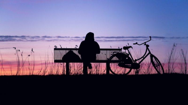 Ungdom sitter på en bänk.