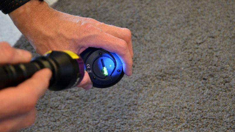 UV-lampa lyser mot DNA-märkt föremål. Foto: Andreas Holm
