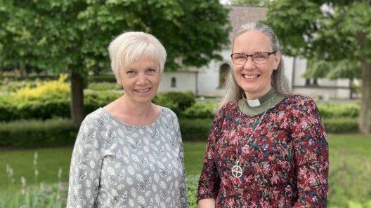 Foto på föräldragruppens två ledare, Ingrid Nilsson och Eva Risberg, i en vacker trädgårdmiljö