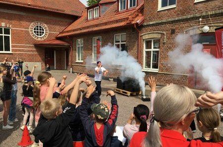 Pidde P utppträder på Tottarps skolas skolgård.