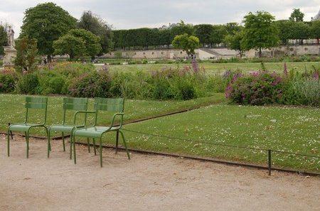 Tre gröna stolar på plats vid Sockerbruksparken.