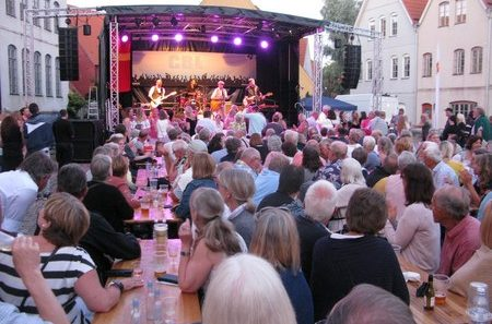 Folkfest vid ett av Skånefestivalens tidigare uppträdande.