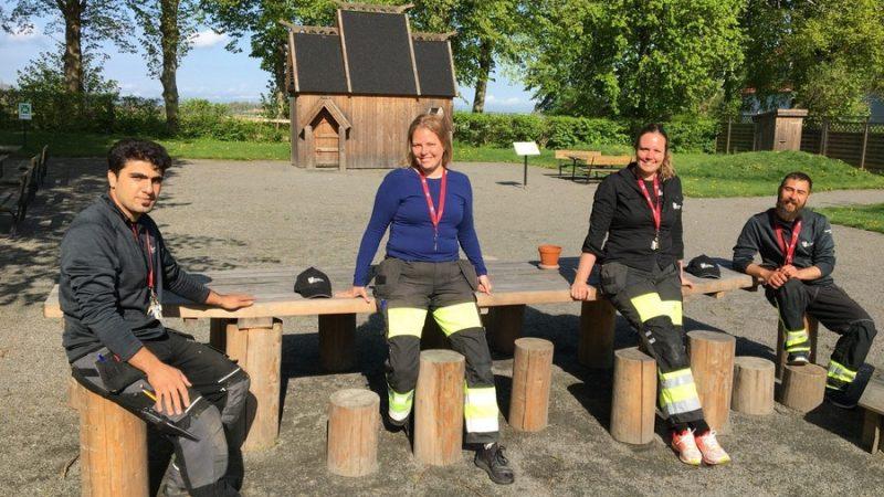 Personal från Uppåkra arkeologiska sitter på en bänk.