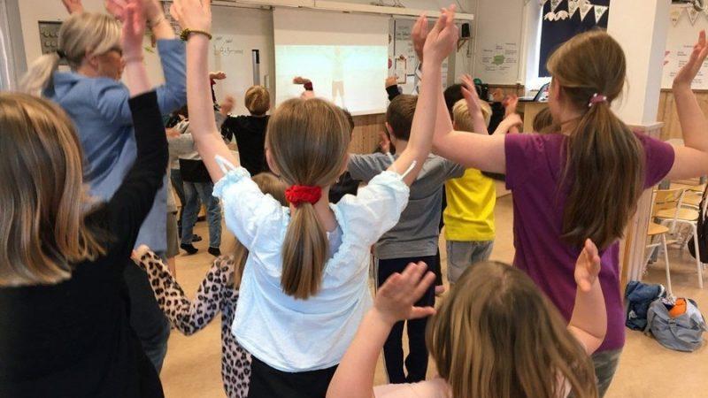 Elever gympar i klassrum.
