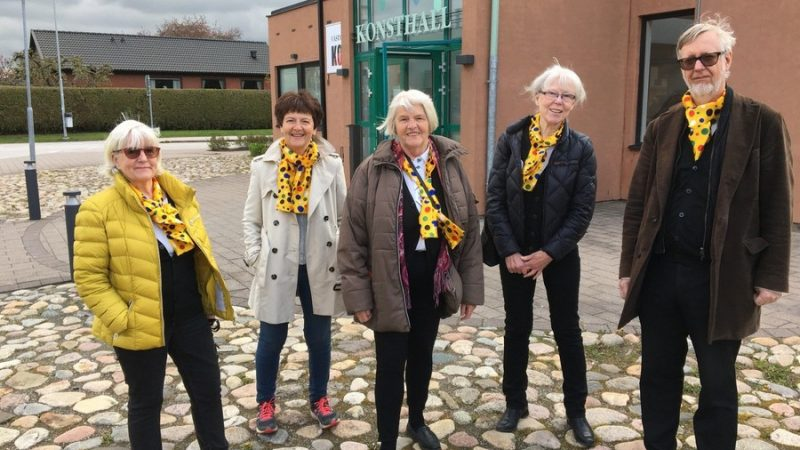 Fem medlemmar från Staffanstorps teaterförening poserar utanför Konsthallen.