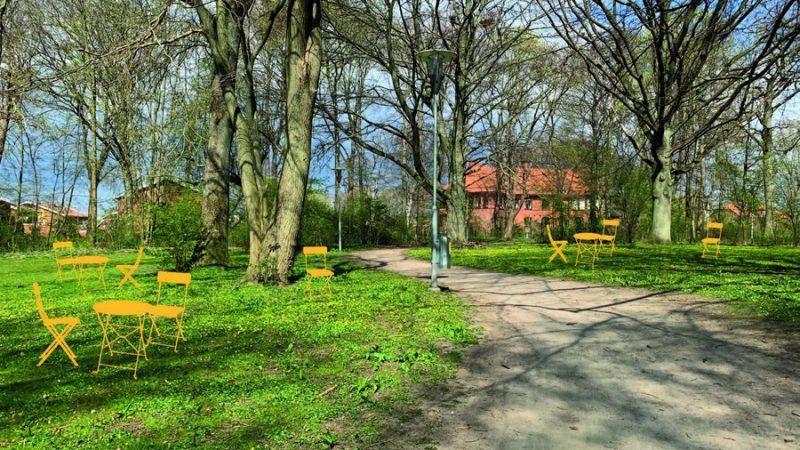 Orangea stolar har ställts på grönytor i Sockerbruksparken.